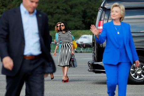 Nu tro ly xinh dep luon sat canh ben ba Clinton - Anh 9