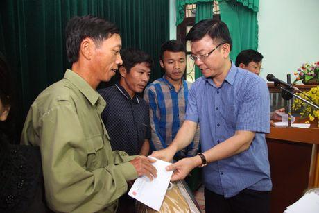 Bo truong Tu phap Le Thanh Long trao qua cho nguoi dan vung lu mien Trung - Anh 1