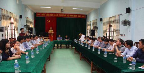 Bo truong Tu phap Le Thanh Long trao qua cho nguoi dan vung lu mien Trung - Anh 2