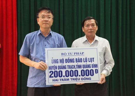Bo truong Tu phap Le Thanh Long trao qua cho nguoi dan vung lu mien Trung - Anh 3