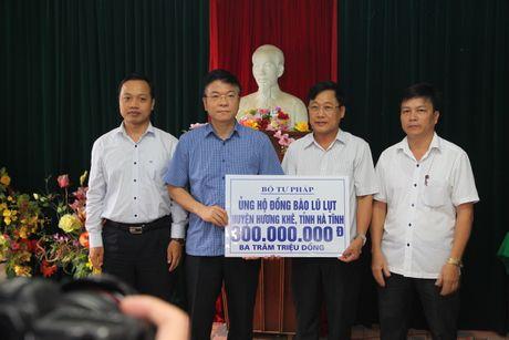 Bo truong Tu phap Le Thanh Long trao qua cho nguoi dan vung lu mien Trung - Anh 4