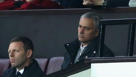 Dau Burnley, bi duoi len khan dai, Mourinho bo luon hop bao - Anh 1