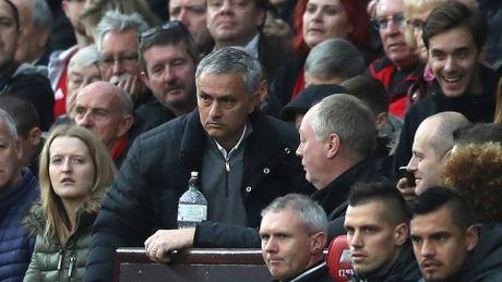 Dau Burnley, bi duoi len khan dai, Mourinho bo luon hop bao - Anh 2