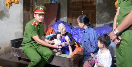 Doan Truong Trung cap CSND V tang qua cho dong bao vung lu - Anh 1