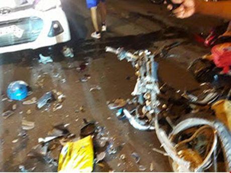 Tai nan giao thong nghiem trong ngay 30/10: Taxi tong 3 cha con nguy kich - Anh 1