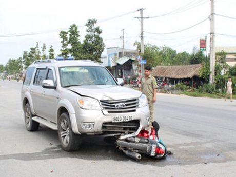 Tai nan giao thong nghiem trong ngay 30/10: Taxi tong 3 cha con nguy kich - Anh 3