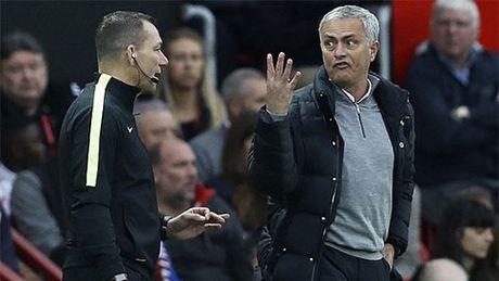 Mourinho doi mat an phat vi phan doi trong tai - Anh 1