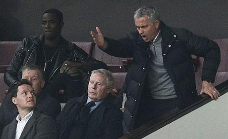 Mourinho doi mat an phat vi phan doi trong tai - Anh 2