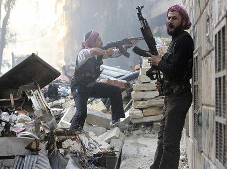 Muon thoat khoi Aleppo, dan thuong phai hoi lo 300 USD cho khung bo - Anh 1