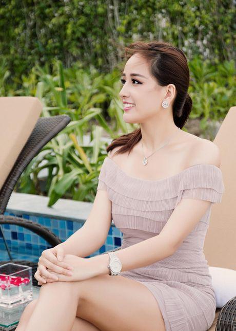 Sau nghi an 'sua anh', Hoa hau Mai Phuong Thuy tiep tuc khoe ve goi cam - Anh 2