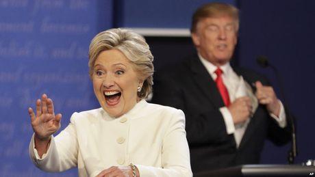 Vu email 'nong' len, ong Trump bat ngo thu hep khoang cach voi ba Clinton - Anh 1
