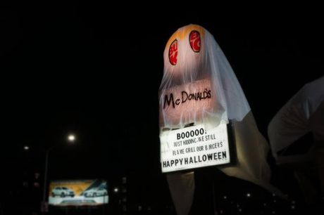 Burger King treu choc doi thu canh tranh Mc Donal's dip Halloween - Anh 2