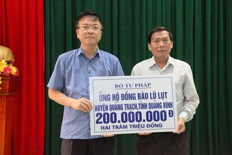 Bo truong Bo Tu phap Le Thanh Long ve mien Trung trao ho tro cho nguoi dan bi anh huong lu lut - Anh 1