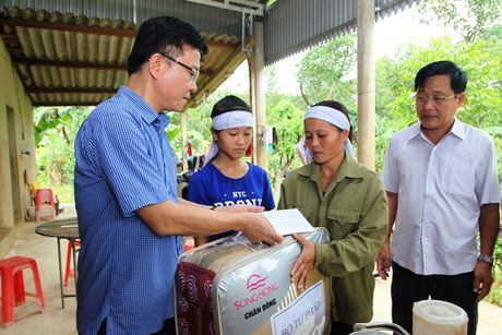 Bo truong Bo Tu phap Le Thanh Long ve mien Trung trao ho tro cho nguoi dan bi anh huong lu lut - Anh 2