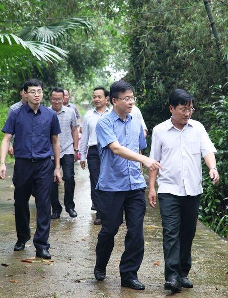 Bo truong Bo Tu phap Le Thanh Long ve mien Trung trao ho tro cho nguoi dan bi anh huong lu lut - Anh 3
