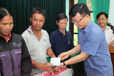 Bo truong Bo Tu phap Le Thanh Long ve mien Trung trao ho tro cho nguoi dan bi anh huong lu lut - Anh 5