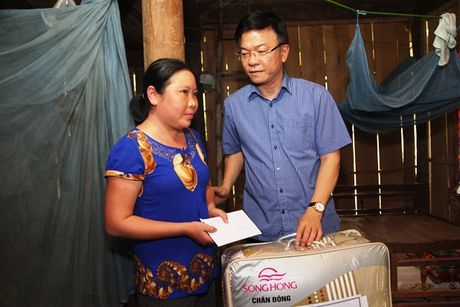 Bo truong Bo Tu phap Le Thanh Long ve mien Trung trao ho tro cho nguoi dan bi anh huong lu lut - Anh 6