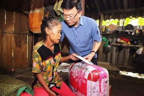 Bo truong Bo Tu phap Le Thanh Long ve mien Trung trao ho tro cho nguoi dan bi anh huong lu lut - Anh 7