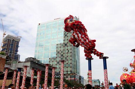 Man nhan xem 'Lan len mai hoa Thung' tren pho di bo - Anh 8