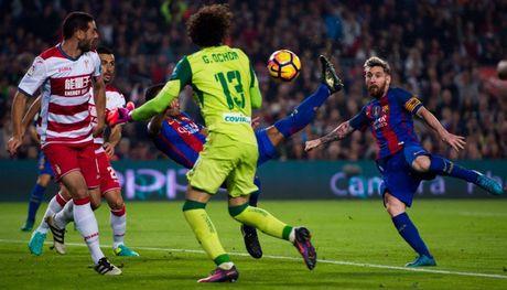 Messi vat vo, Suarez vo duyen, Barca van leo len nhi bang - Anh 1
