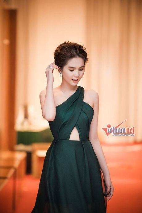 Ngoc Trinh vai mem buong loi dep me hon - Anh 2