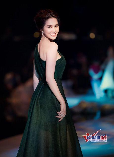 Ngoc Trinh vai mem buong loi dep me hon - Anh 4