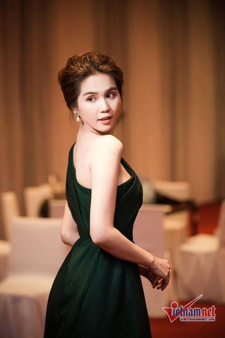 Ngoc Trinh vai mem buong loi dep me hon - Anh 5