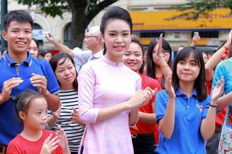 HH Ngoc Han, My Linh ra pho nhay flashmob cuc sung - Anh 11
