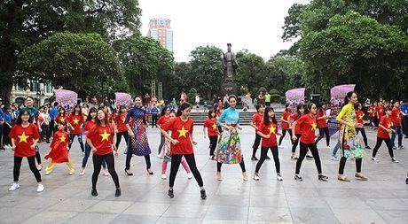HH Ngoc Han, My Linh ra pho nhay flashmob cuc sung - Anh 2