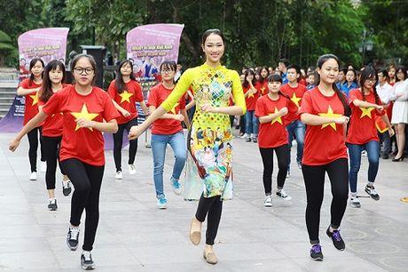 HH Ngoc Han, My Linh ra pho nhay flashmob cuc sung - Anh 5
