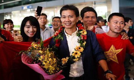 U19 Viet Nam nhan mua tien thuong trong le mung cong - Anh 1