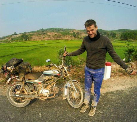 Chang Tay phuot khap cac neo duong dat Viet bang xe may - Anh 1