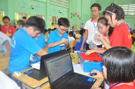 Hoc sinh Da Nang tham gia tranh tai Ngay hoi Robothon quoc gia nam 2016 - Anh 1