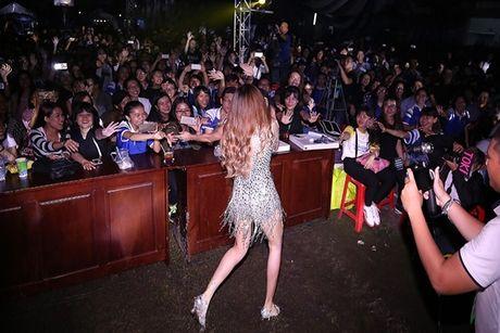 Trang Phap dien 'We don't talk anymore' mau lua - Anh 5