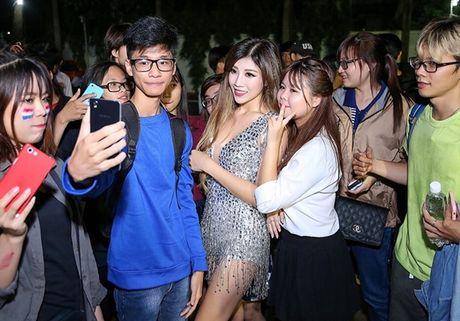 Trang Phap dien 'We don't talk anymore' mau lua - Anh 7
