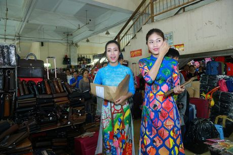 Dan Hoa hau, A hau nhay flashmob tung bung truoc Ho Guom - Anh 13