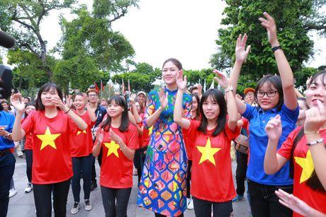 Dan Hoa hau, A hau nhay flashmob tung bung truoc Ho Guom - Anh 19