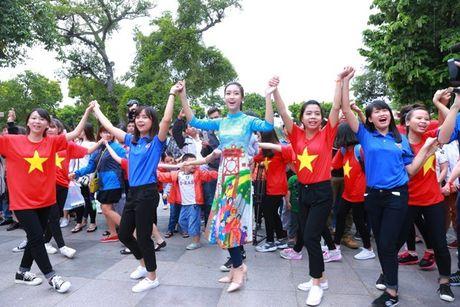 Dan Hoa hau, A hau nhay flashmob tung bung truoc Ho Guom - Anh 1