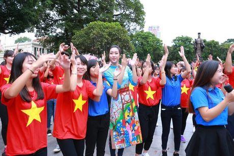Dan Hoa hau, A hau nhay flashmob tung bung truoc Ho Guom - Anh 20