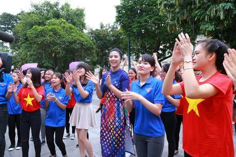 Dan Hoa hau, A hau nhay flashmob tung bung truoc Ho Guom - Anh 21