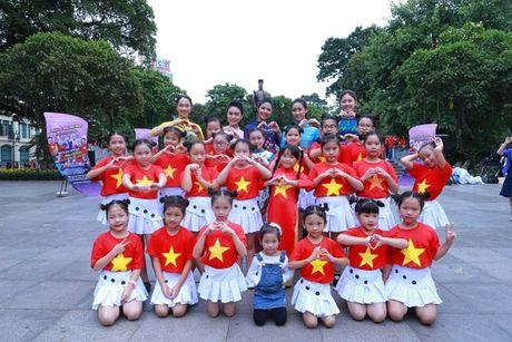 Dan Hoa hau, A hau nhay flashmob tung bung truoc Ho Guom - Anh 22