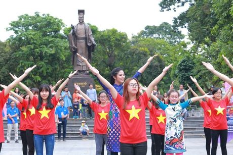 Dan Hoa hau, A hau nhay flashmob tung bung truoc Ho Guom - Anh 6