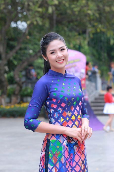 Dan Hoa hau, A hau nhay flashmob tung bung truoc Ho Guom - Anh 8