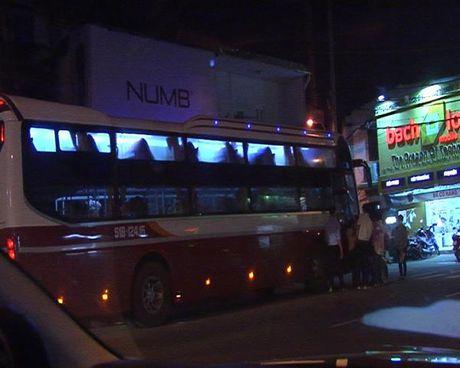 Xe khach Thanh Buoi van bat khach tren duong cam - Anh 2