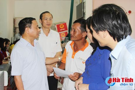Nguoi dan phan khoi nhan tien boi thuong su co moi truong bien - Anh 2