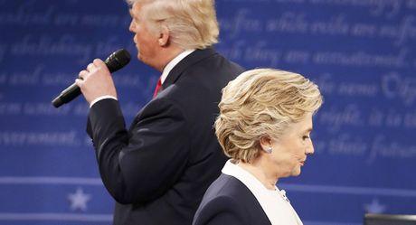 Donald Trump bat ngo dan truoc ba Clinton - Anh 1
