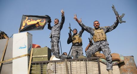 Quan doi Iraq chi con cach thanh pho Mosul 800m - Anh 1