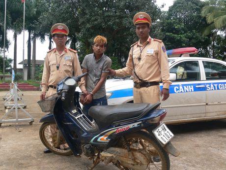 Dak Nong: Bat giu doi tuong su dung hung khi trom cap xe may - Anh 1