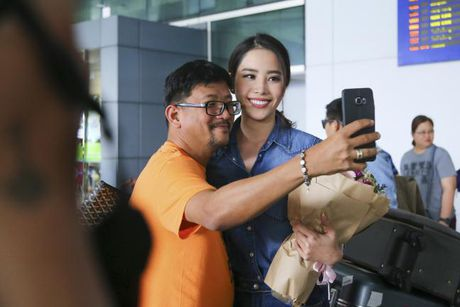 Nam Em cung fans vay 'co do sao vang', duoc don bang xe 8 ty ngay ve nuoc - Anh 3