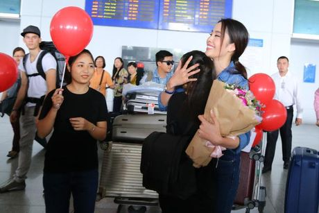 Nam Em cung fans vay 'co do sao vang', duoc don bang xe 8 ty ngay ve nuoc - Anh 4